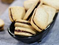 入口难忘的酥松浓香---榛子巧克力夹心饼干的做法
