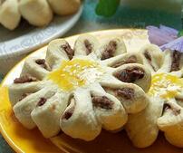 传统点心——豆沙菊花酥的做法