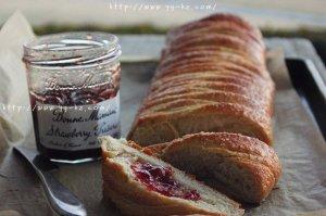 香软草莓奶酪馅辫子面包