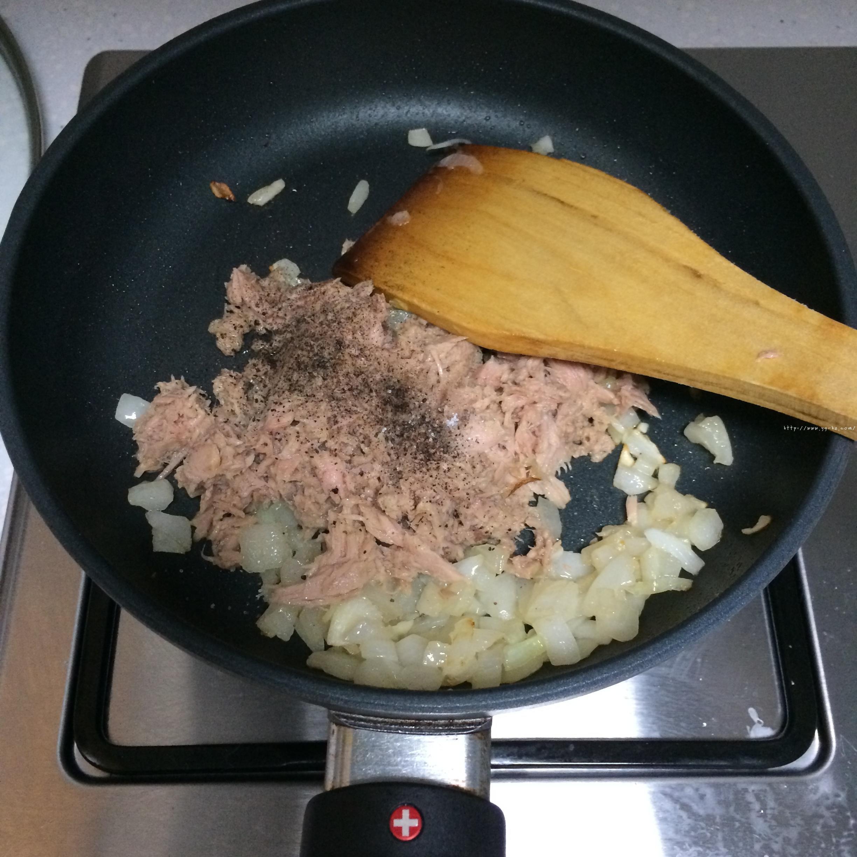 洋葱金枪鱼面包的做法 步骤4