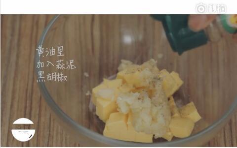 黄油加入蒜泥黑胡椒搅拌均匀