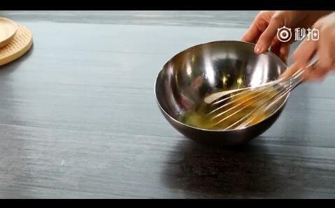 鸡蛋加入白砂糖搅拌