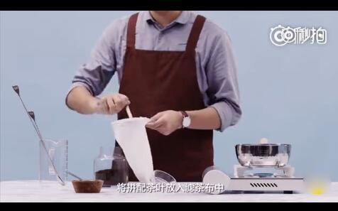 拼配的锡兰奶茶放入滤茶布