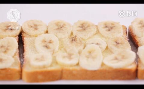 吐司上面铺满香蕉片