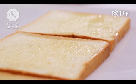 吐司均匀涂抹黄油