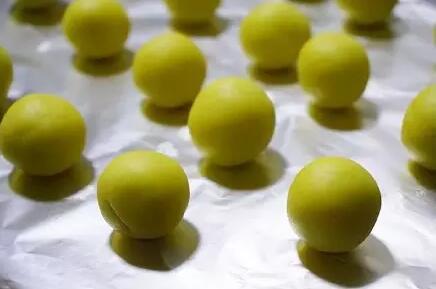 面团搓成小球