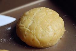 用刀在酥皮上划出菠萝纹