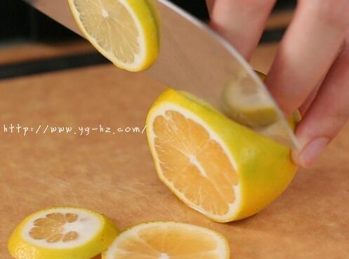柠檬切片,去籽