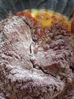 低筋面粉、红曲粉、泡打粉和盐混合