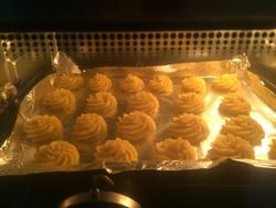椰香曲奇饼干放入烤箱
