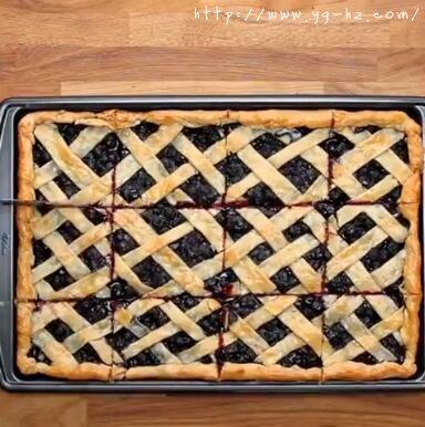 烤好后的蓝莓派