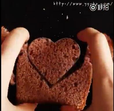 用模具刻出心形树莓面包