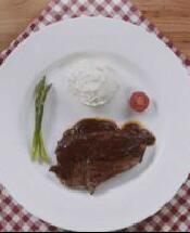 煎牛排配法式土豆泥,一顿大餐轻松搞定 | 视频