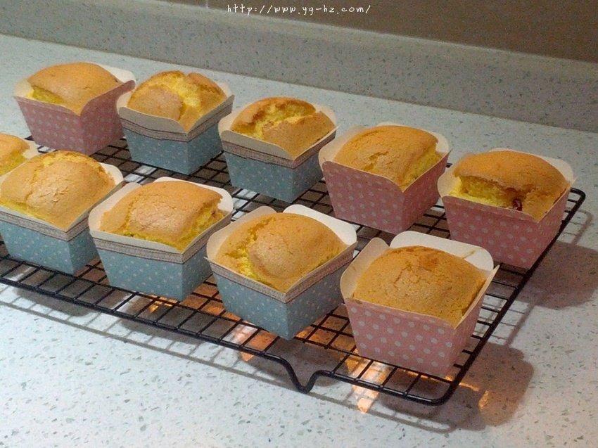 蛋香十足の海绵杯子蛋糕,伴手礼好选择。的做法 步骤10