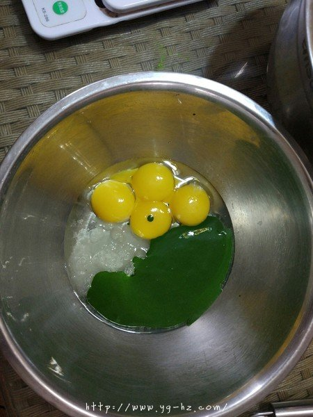 抹茶蜜豆蛋糕卷的做法 步骤2