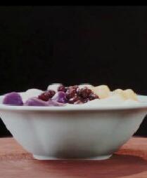 冰凉爽口的芋圆鲜奶冻,