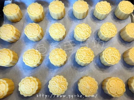 超详细图解版--流心奶黄月饼的做法 步骤32