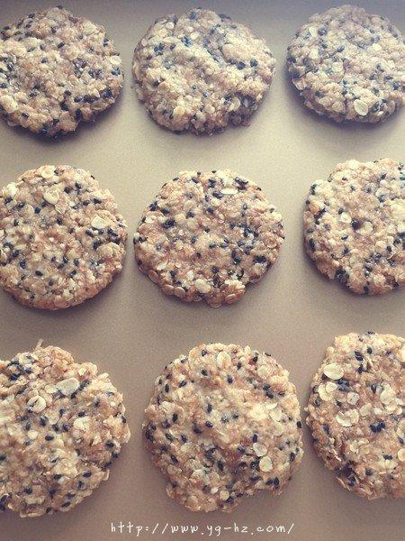 素食:燕麦芝麻大饼干的做法 步骤6