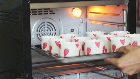 三步做出专业级戚风 纸杯蛋糕 免分蛋![视频教学]的做法 步骤6