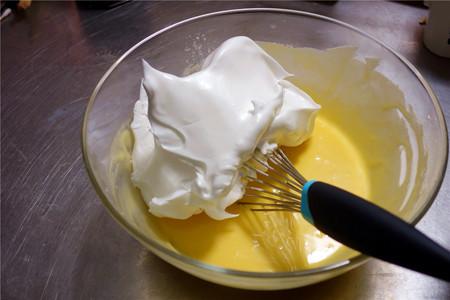 酸奶戚风蛋糕(26厘米定制烤盘)的做法 步骤11