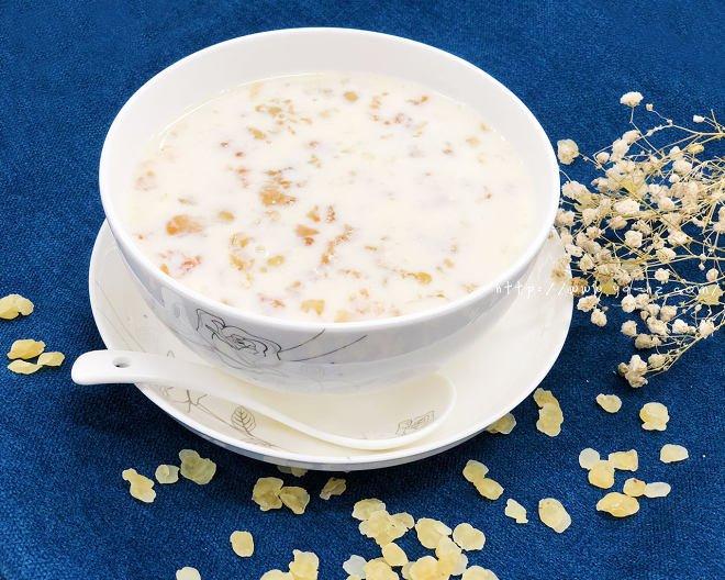 桃胶雪莲子炖牛奶的做法