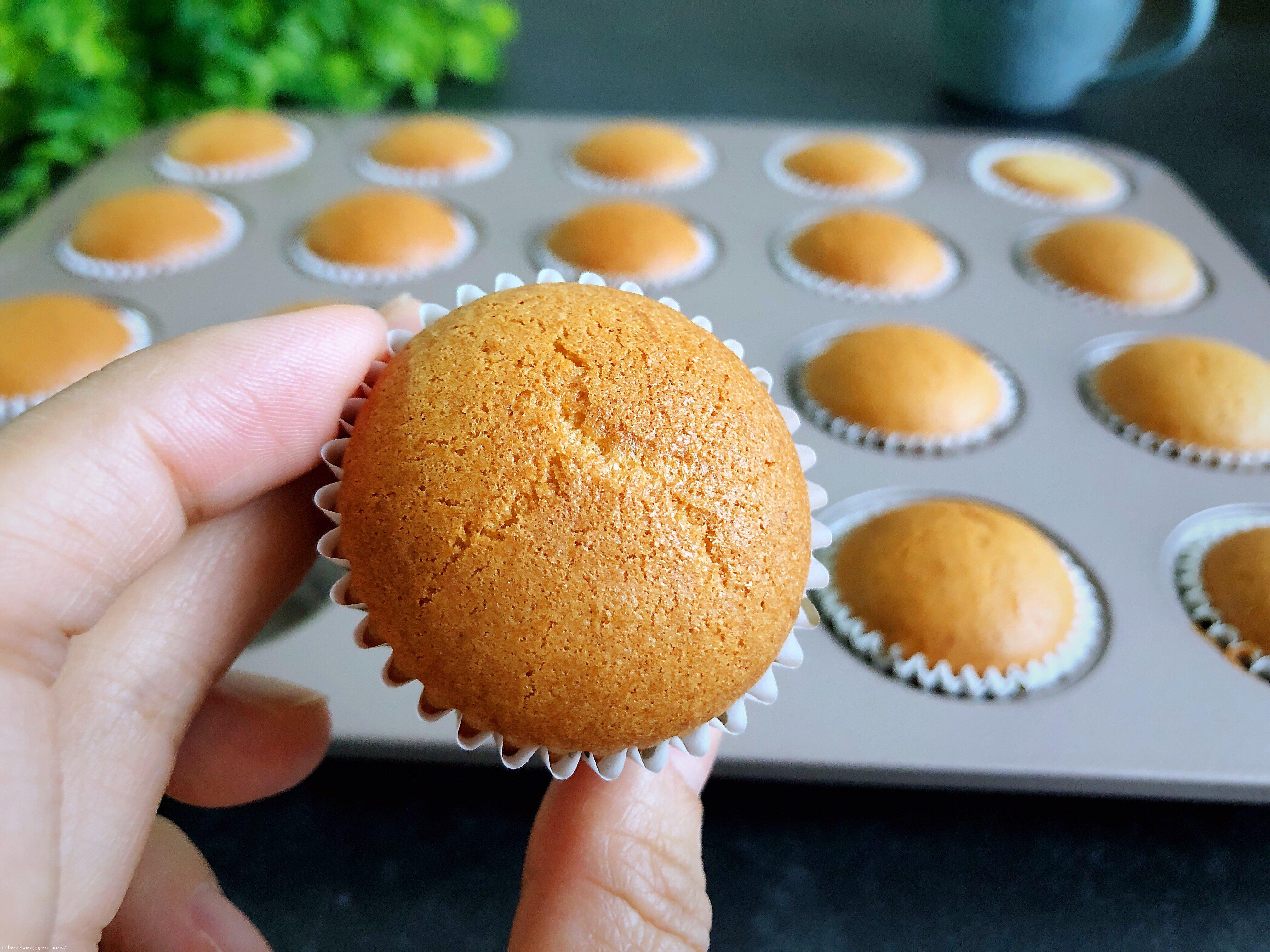 老式无水小蛋糕不塌的秘诀,此配方蓬松暄软甜度适中,成功率高的做法 步骤9