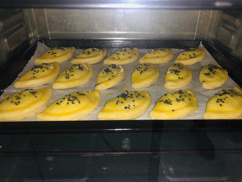 蛋挞皮版红豆酥的做法 步骤8