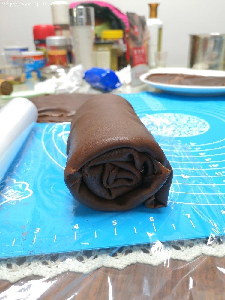 简单的千层卷,好吃到爆的巧克力毛巾卷,让烤箱休假的巧克力卷的做法 步骤9